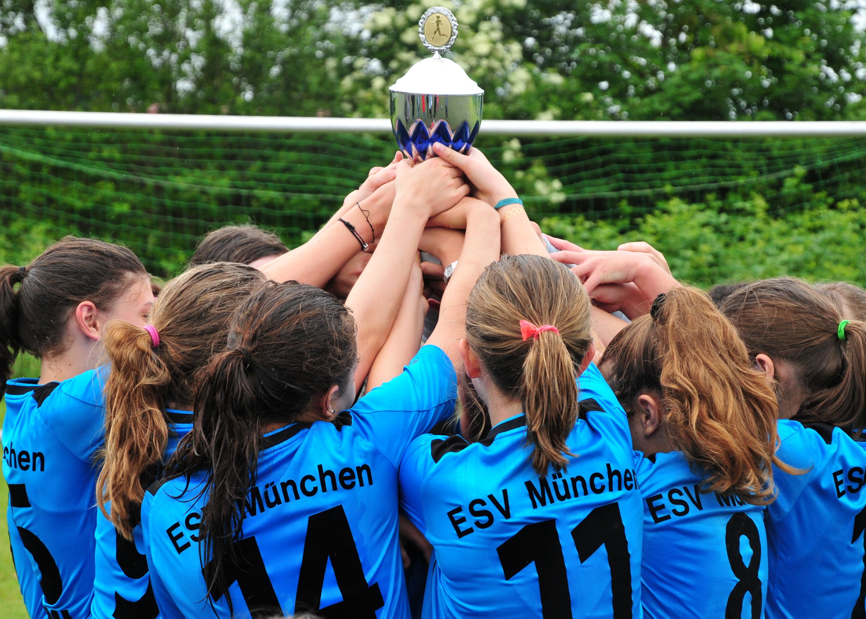 Tabellenerster und Meister ihrer Gruppe im Kreis München: die D2-Juniorinnen des ESV München